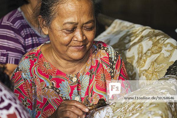 Muster benutzen Stift Stifte Schreibstift Schreibstifte Wärme eincremen verteilen Produktion Schwierigkeit Stoff Zeichnung Gegenstand mögen Handwerkerin Indonesien Wachs