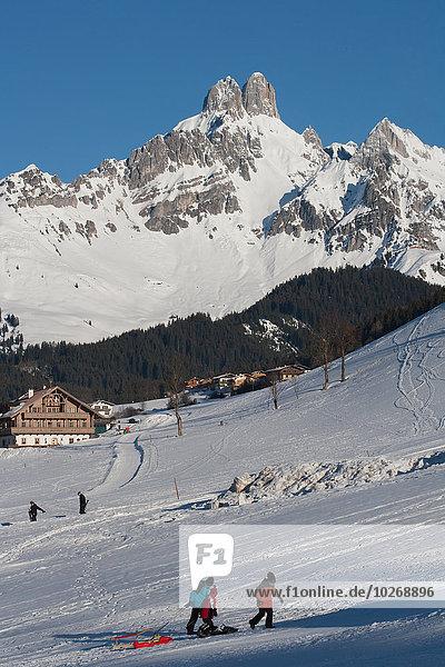 hinter Berg ziehen Hut Schlitten Berggipfel Gipfel Spitze Spitzen Alpen Wintersportort Österreich österreichisch