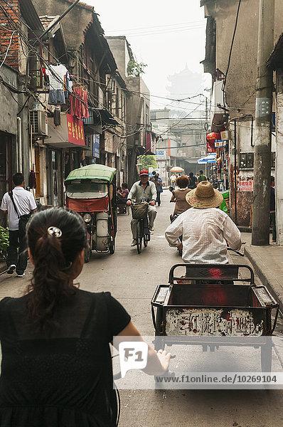 entfernt Fahrradfahrer Straße Nebel Fußgänger China alt Pagode Wuhan