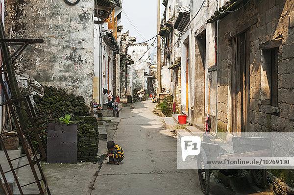 nahe Stein Gebäude klein Straße Dorf Menschenreihe China schmal