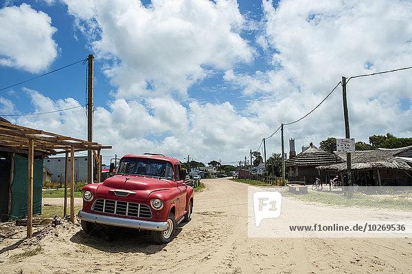 Fernverkehrsstraße Retro parken Sand Lastkraftwagen rot Uruguay