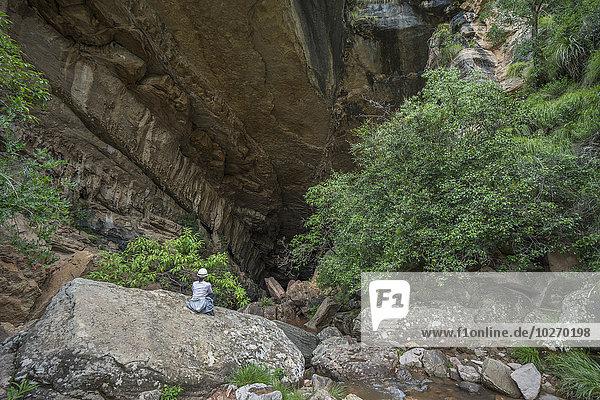 Nationalpark Frau sitzend Eingang Höhle groß großes großer große großen