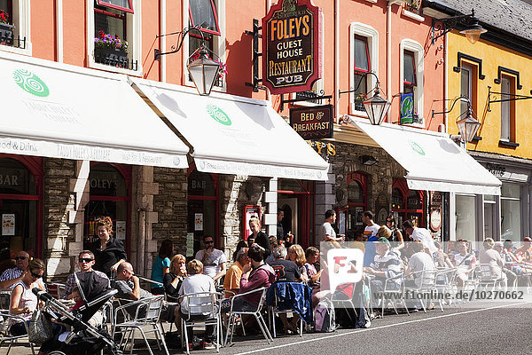 Außenaufnahme Straße beschäftigt Restaurant vorwärts Terrasse Kerry County Irland Kenmare