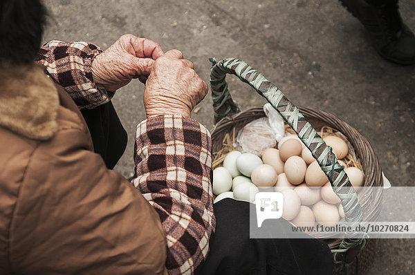 Frau Lebensmittel Tradition chinesisch Vielfalt verkaufen Huhn Gallus gallus domesticus Dose Entdeckung China Markt Xiamen