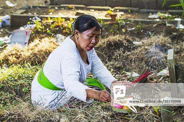 Frau Angebot 02 Position Zeremonie Einäscherung Indonesien