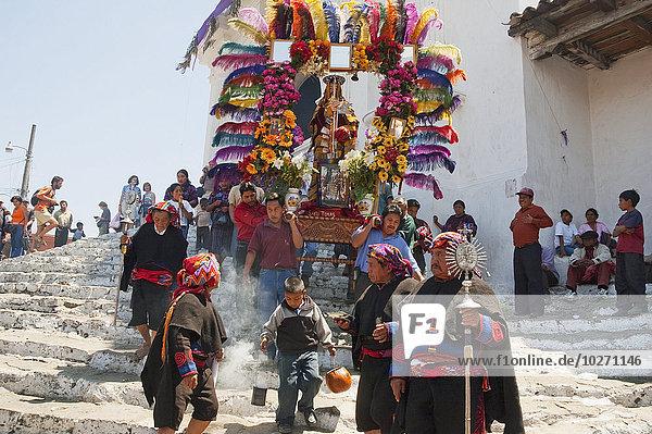 Mann Kameradschaft tragen fließen Heiligtum Prozession