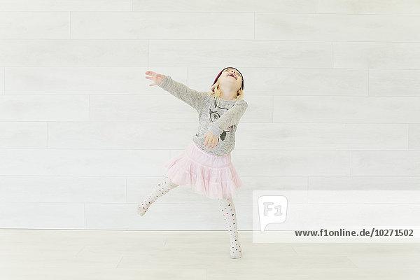 Wand tanzen Rock weiß pink jung Mädchen Wand,tanzen,Rock,weiß,pink,jung,Mädchen