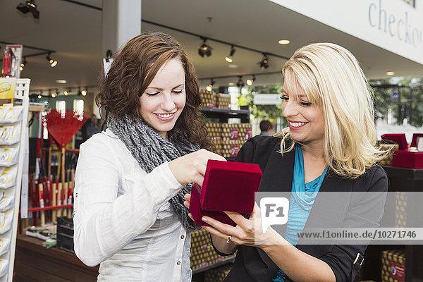 Einkaufszentrum Zusammenhalt Freundin kaufen 2