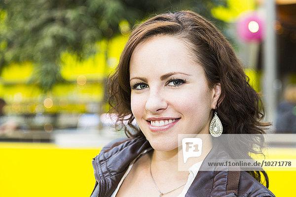 Einkaufszentrum junge Frau junge Frauen Portrait kaufen