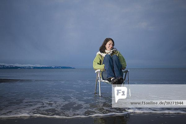 sitzend junge Frau junge Frauen Stuhl Ecke Ecken Rasen vorwärts Kenai-Fjords-Nationalpark Dämmerung Kenai-Halbinsel
