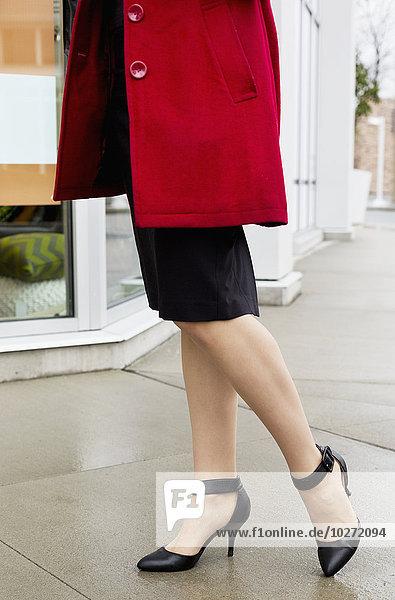 hoch oben Geschäftsfrau Mantel Schuh schwarz rot