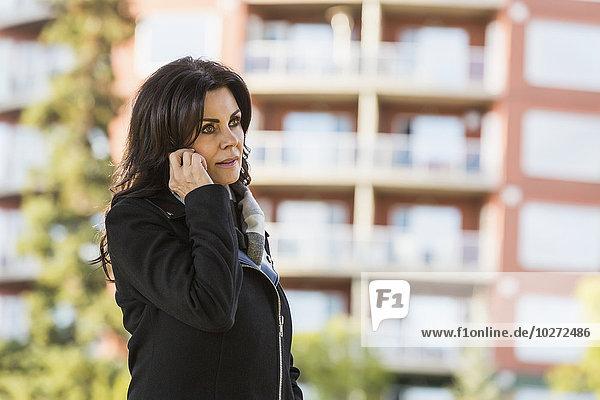 Handy Außenaufnahme Städtisches Motiv Städtische Motive Straßenszene Geschäftsfrau sprechen gehen reifer Erwachsene reife Erwachsene Herbst freie Natur