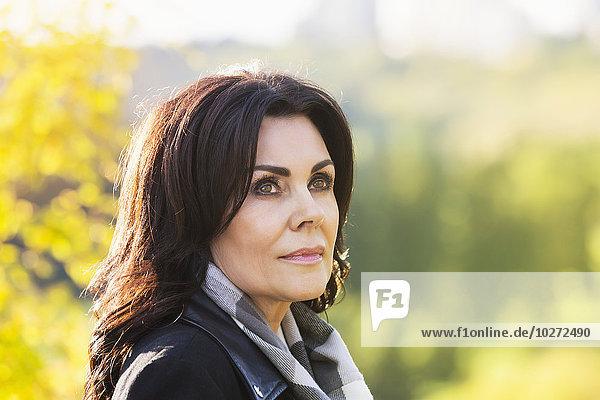 Außenaufnahme Portrait Geschäftsfrau Tal Fluss reifer Erwachsene reife Erwachsene Herbst freie Natur