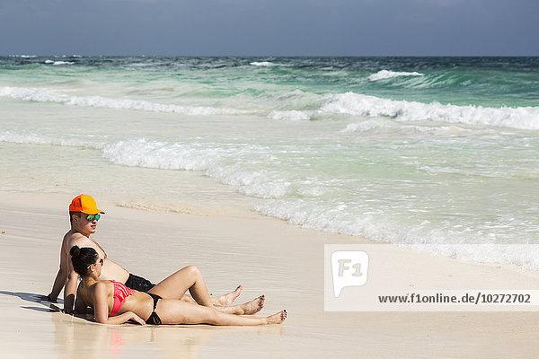 liegend liegen liegt liegendes liegender liegende daliegen sitzend Strand Himmel ankommen Sand blau