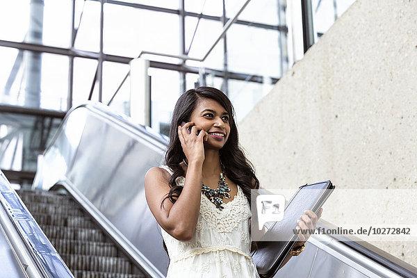 Rolltreppe sprechen jung Smartphone