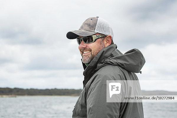 Wasser Mann Hut Küste Boot angeln Ansicht Kleidung Verbindung Sonnenbrille