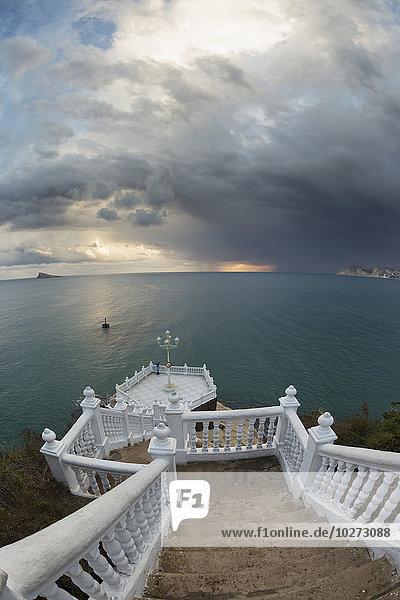 Stufe glühend Glut führen Wasser Wolke Sturm Horizont unterhalb türkis Benidorm Sonne