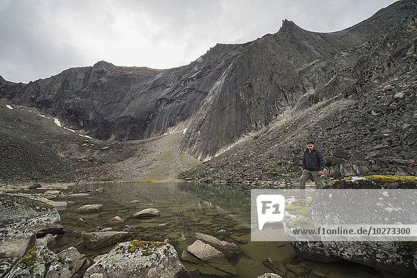 stehend nebeneinander neben Seite an Seite Berg Mann See Yukon Grabstein