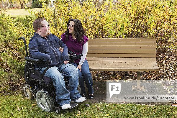 sprechen Ehefrau Sitzbank Bank Herbst Behinderung Ehemann