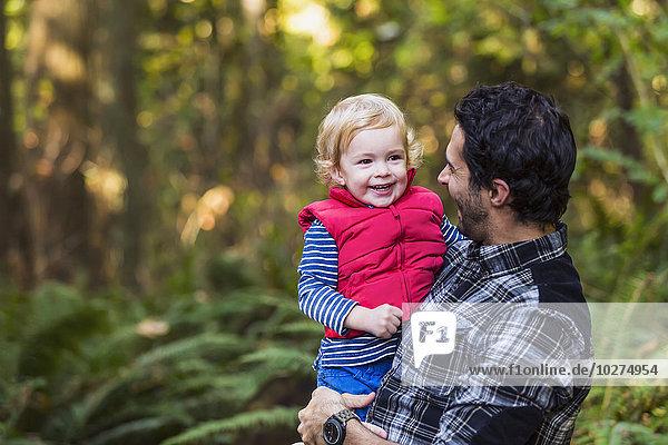 Menschlicher Vater Sohn Weg halten Regenwald