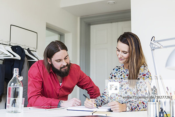 Geschäftskollegen planen Strategie am Schreibtisch im Kreativbüro