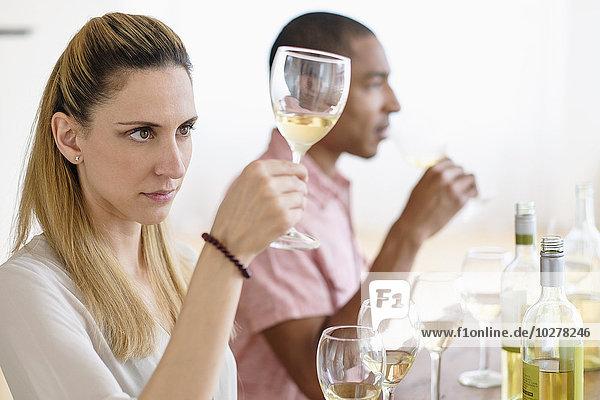 Verkostung Weißwein Mann und Frau
