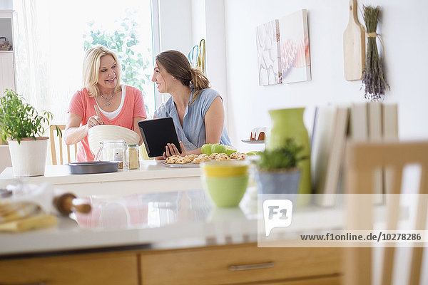 Küche backen backend backt Tochter Mutter - Mensch Erwachsener