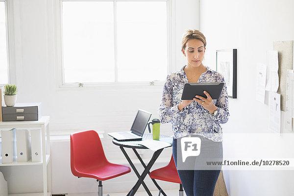 junge Frau junge Frauen arbeiten Büro