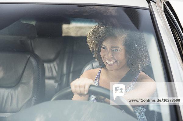junge Frau junge Frauen lächeln Auto fahren