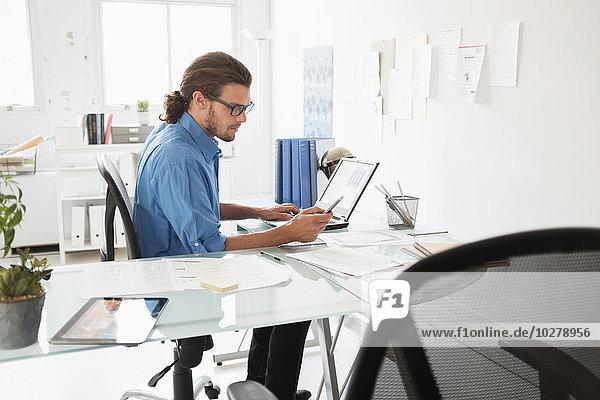 Mann reifer Erwachsene reife Erwachsene arbeiten Büro