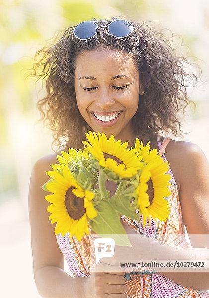 Portrait Frau lächeln Sonnenblume helianthus annuus