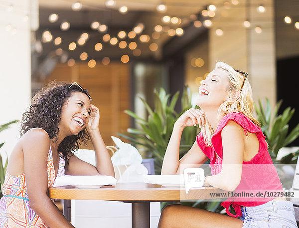 Freundschaft lachen Straße Cafe