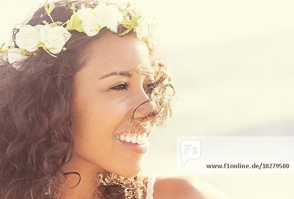junge Frau junge Frauen Blumenkranz Kranz Kleidung