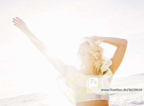 junge Frau junge Frauen lächeln Strand