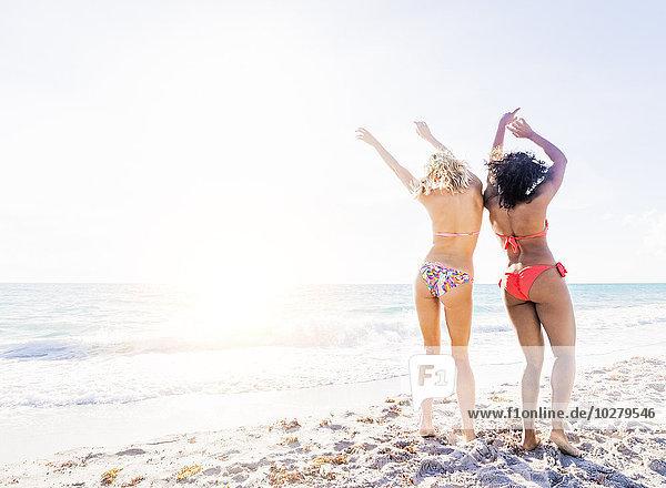 Freundschaft Strand tanzen