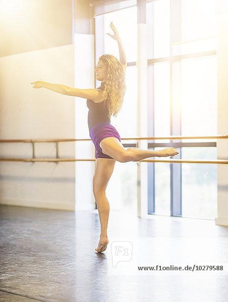 junge Frau junge Frauen tanzen Studioaufnahme