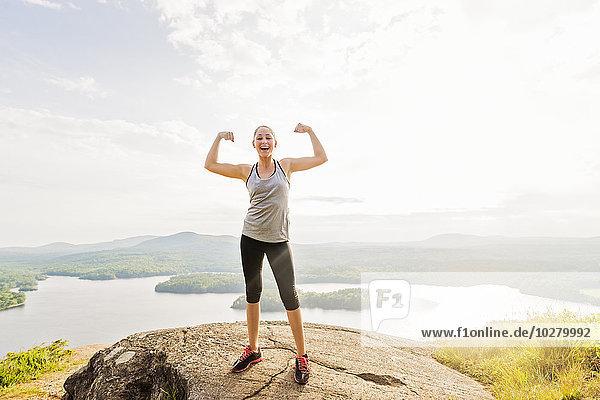 stehend junge Frau junge Frauen Berg hoch oben Biegung Biegungen Kurve Kurven gewölbt Bogen gebogen beugen
