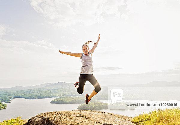 junge Frau junge Frauen Berg über springen hoch oben junge Frau,junge Frauen,Berg,über,springen,hoch,oben