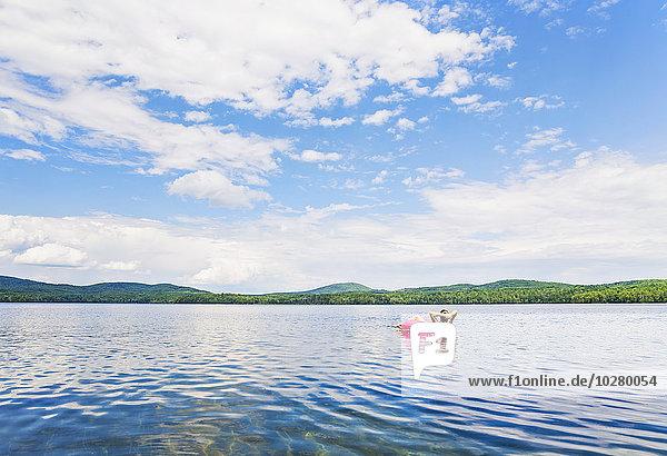 junge Frau junge Frauen Entspannung See Floß