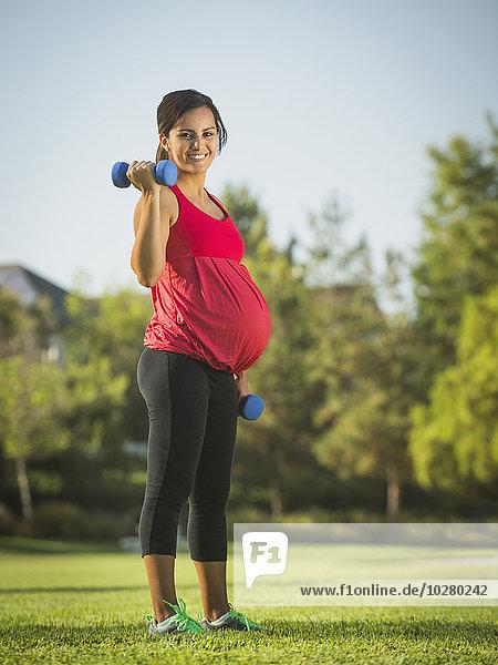 Außenaufnahme Frau üben Schwangerschaft freie Natur