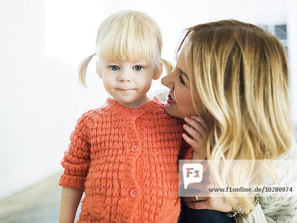 niedlich süß lieb sehen Blick in die Kamera Mädchen Mutter - Mensch