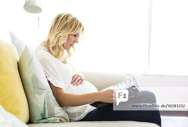 Interior zu Hause Frau Buch Schwangerschaft Taschenbuch vorlesen