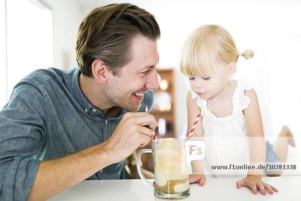 Milchshake Menschlicher Vater trinken Tochter