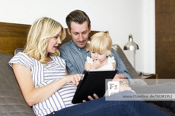 benutzen Menschliche Eltern Tablet PC Tochter