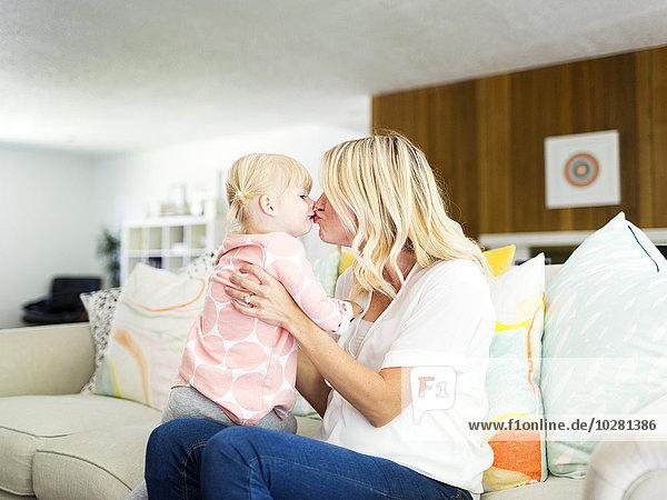 Frau Zimmer küssen Tochter Wohnzimmer