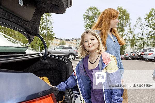 nahe stehend Auto Tochter Mutter - Mensch