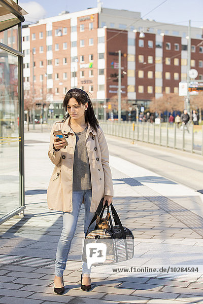 Handy benutzen Frau