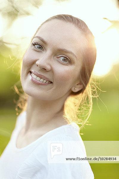 junge Frau junge Frauen Portrait lächeln
