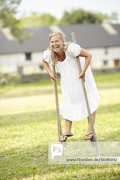 Frau lachen gehen Stelzenlauf Stelze Stelzen