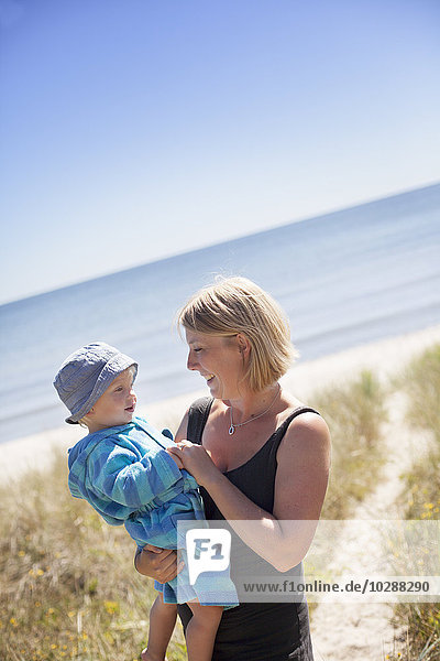 Schweden  Gotland  Faro  Skalasand  Frau mit Sohn (2-3) am Strand
